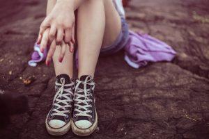 anorexia nerviosa - chica sentada