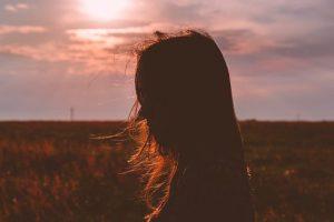 anorexia nerviosa - chica frente a puesta de sol