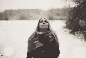 Bulimia, chica paseando mientras piensa