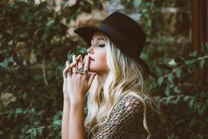 anorexia nerviosa - chica en actitud pensativa