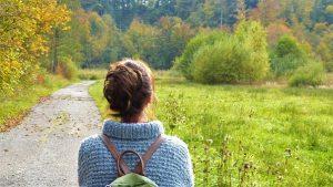 trastorno obsesivo compulsivo chica de paseo por el campo