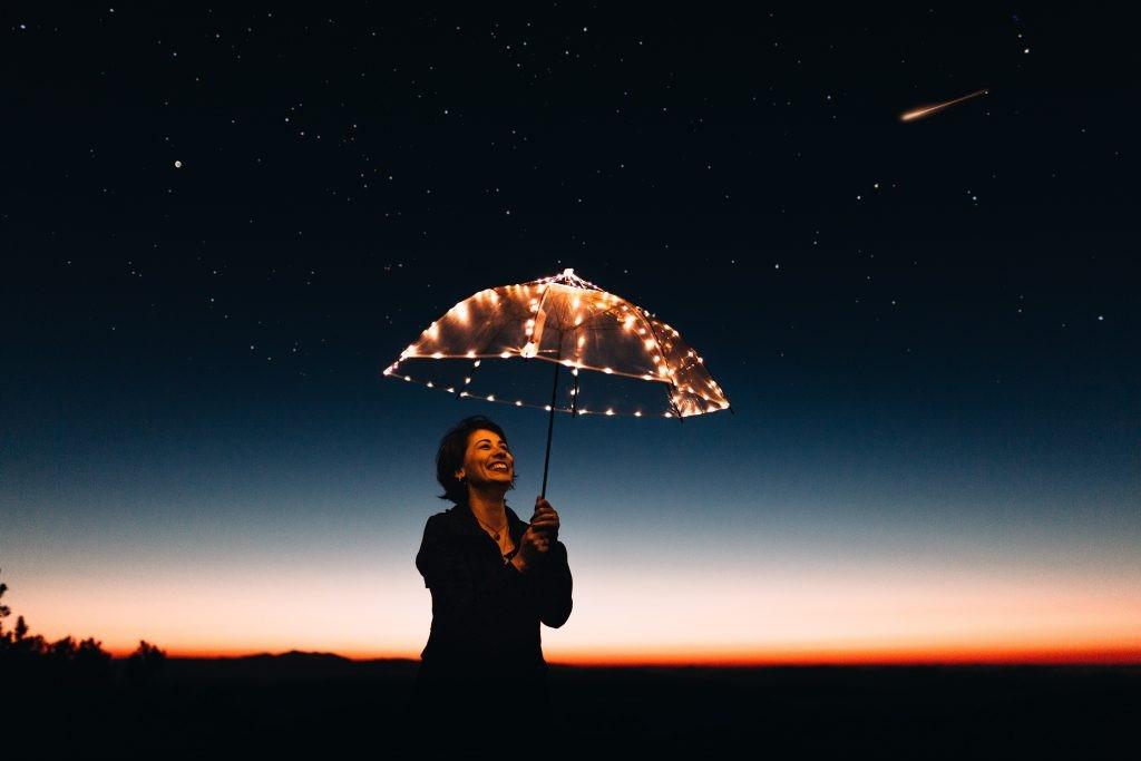 mujer con paraguas, feliz
